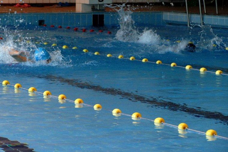 Ferie na pływalni. Zawody Pływackie PMOS