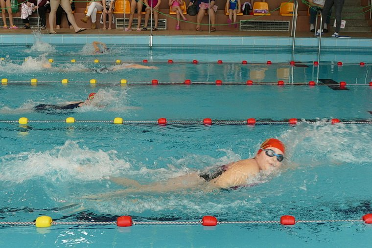 Trwają ferie w Piszu. Zawody Pływackie PMOS