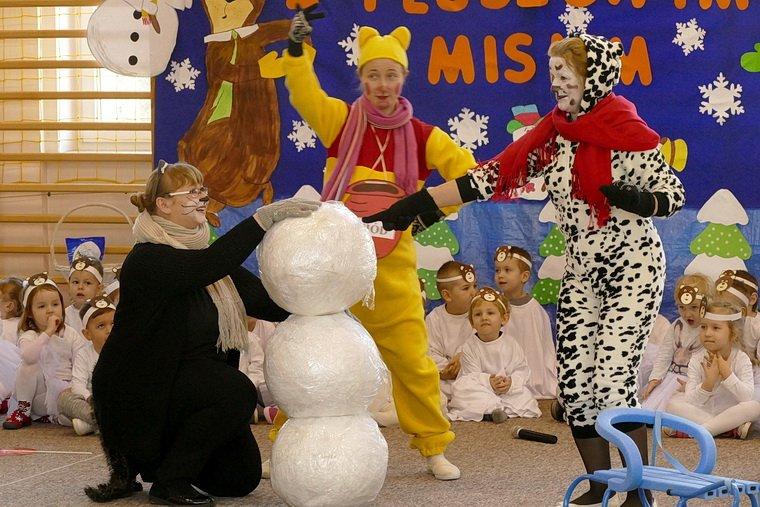 Miś uczył dzieci, jak bezpiecznie bawić się podczas zimy