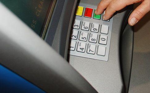 Minimum ostrożności przy bankomacie