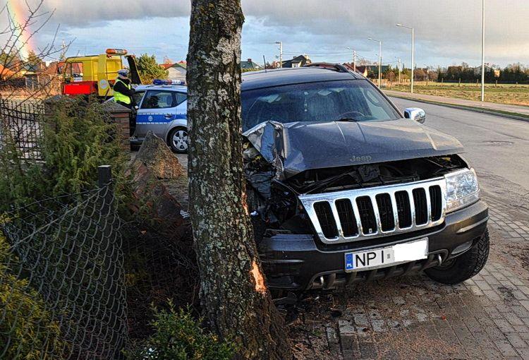 Pijany kierowca jeepa wjechał w ogrodzenie