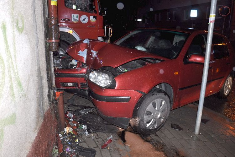 VW golfem uderzył w budynek. Kierowca miał blisko 1,5 promila
